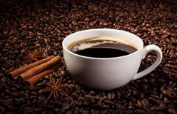Aún-vida con una taza de café sólo y de granos de café asados Fotos de archivo