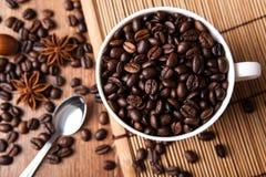 Aún-vida con una taza de granos de café Fotos de archivo