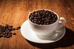 Aún-vida con una taza de granos de café Imágenes de archivo libres de regalías