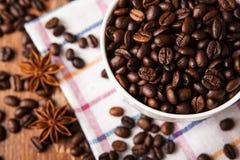 Aún-vida con una taza de granos de café Imagen de archivo