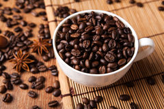 Aún-vida con una taza de granos de café Fotos de archivo libres de regalías