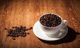 Aún-vida con una taza de granos de café Imagen de archivo libre de regalías