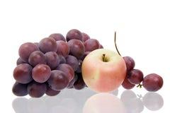 Aún-vida con uvas y una manzana imagenes de archivo