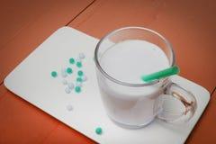 Aún vida conceptual con el yogur y las píldoras Alimento sano Imagen de archivo