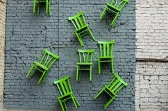Aún vida conceptual con las sillas de madera Imágenes de archivo libres de regalías
