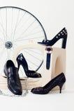 Aún-vida conceptual con los zapatos y la rueda Foto de archivo