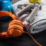 Aún-vida de auriculares, del apretón de la mano, de la toalla y de la campana de la caldera Fotos de archivo libres de regalías