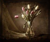 Aún-vida de Grunge con los tulipanes Foto de archivo libre de regalías