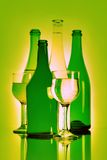Aún-vida de la bebida. Botella y copa Imagen de archivo