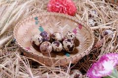 Aún-vida de la cesta del huevo de Pascua Imagen de archivo