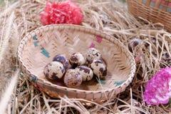 Aún-vida de la cesta del huevo de Pascua Fotos de archivo