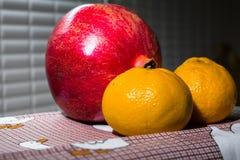Aún-vida de la cocina Fruta madura sana de la granada y de mandarines en un mantel lindo Fotografía de archivo libre de regalías