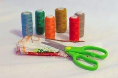 Aún-vida de la costura: paño, tijeras, hilo, needle_ Fotografía de archivo