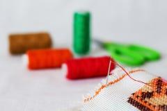 Aún-vida de la costura: paño, tijeras, hilo, needle_ Foto de archivo libre de regalías