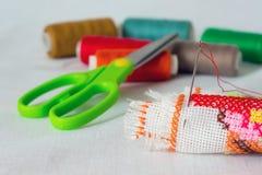 Aún-vida de la costura: paño, tijeras, hilo, needle_ Fotografía de archivo libre de regalías