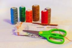 Aún-vida de la costura: paño, tijeras, hilo, needle_ Imagenes de archivo