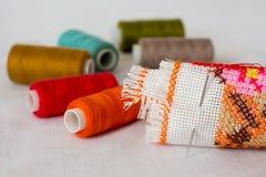 Aún-vida de la costura: tela, hilo multicolor, needle_ Fotografía de archivo libre de regalías