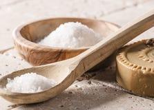 Aún-vida de la exfoliación y de la hidración con la sal de baño y el jabón Imagen de archivo