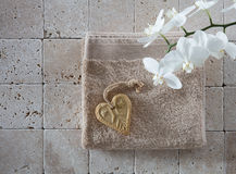 Aún-vida de la invitación de la belleza de las tarjetas del día de San Valentín con el jabón en forma de corazón Fotos de archivo
