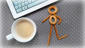 Aún-vida de la mañana: ordenador y café Imágenes de archivo libres de regalías