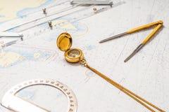Aún-vida de la navegación Equipo de los capitanes y un mapa Foto de archivo