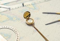 Aún-vida de la navegación Equipo del capitán y un mapa Imagenes de archivo