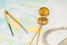 Aún-vida de la navegación Equipo del capitán y un mapa Imágenes de archivo libres de regalías
