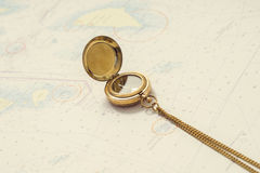 Aún-vida de la navegación Equipo del capitán y un mapa Fotografía de archivo