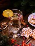 Aún-vida de la Navidad con el vidrio de vino blanco caliente Fotos de archivo libres de regalías
