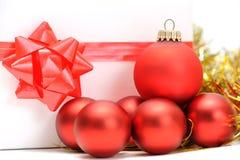 Aún-vida de la Navidad con las bolas y el regalo rojos Imágenes de archivo libres de regalías