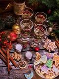 Aún-vida de la Navidad Galletas y vidrios Fotografía de archivo