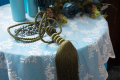 Aún-vida de las botellas artificiales del flor y de cristal Fotografía de archivo libre de regalías