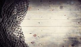 Aún-vida de las redes de pesca en el fondo de madera Fotos de archivo