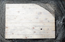 Aún-vida de las redes de pesca en el fondo de madera Foto de archivo