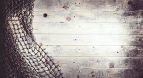 Aún-vida de las redes de pesca en el fondo de madera Imagenes de archivo