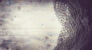 Aún-vida de las redes de pesca en el fondo de madera Fotografía de archivo