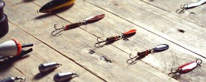 Aún-vida de los aparejos de pesca en el fondo de madera Imágenes de archivo libres de regalías