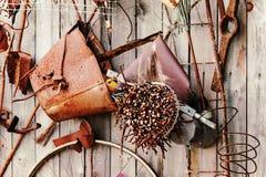 Aún-vida de los artículos oxidados del metal en fondo de madera Fotografía de archivo libre de regalías