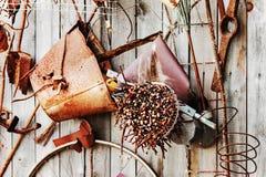 Aún-vida de los artículos oxidados del metal en fondo de madera Foto de archivo