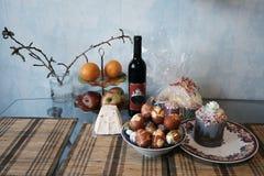 Aún-vida de Pascua con el vino, las tortas de Pascua y el huevo pintado Fotografía de archivo