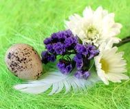 Aún-vida de Pascua con las flores, huevos, plumas en una fibra del sisal Fotografía de archivo libre de regalías