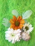 Aún-vida de Pascua con las flores, huevos, plumas en una fibra del sisal Imágenes de archivo libres de regalías