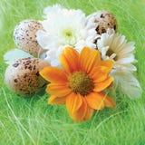 Aún-vida de Pascua con las flores, huevos, plumas en una fibra del sisal Foto de archivo libre de regalías