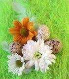 Aún-vida de Pascua con las flores, huevos, plumas en una fibra del sisal Imagen de archivo