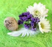 Aún-vida de Pascua con las flores, huevos, plumas en una fibra del sisal Fotos de archivo