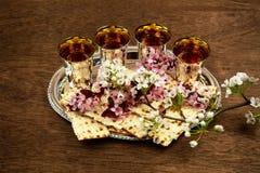 Aún-vida de Pesach con pan judío del passover del vino y del matzoh Foto de archivo