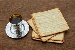 Aún-vida de Pesach con pan judío del passover del vino y del matzoh Fotografía de archivo libre de regalías