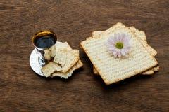 Aún-vida de Pesach con pan judío del passover del vino y del matzoh Imagen de archivo