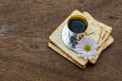 Aún-vida de Pesach con pan judío del passover del vino y del matzoh Imagenes de archivo