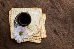 Aún-vida de Pesach con pan judío del passover del vino y del matzoh Imágenes de archivo libres de regalías